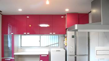 ラズベリーピンクが映える素敵なキッチンになりました。